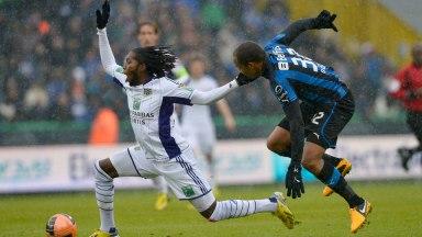 Club Brugge en Anderlecht maakten er een intense topper van. Odjidja in duel met Mbokani.